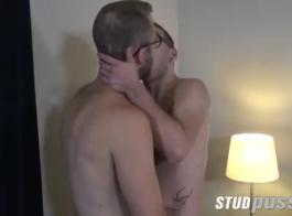 رجل قرنية يمارس الجنس مع جارته الزوجية بينما زوجته ساخنة وقرنية