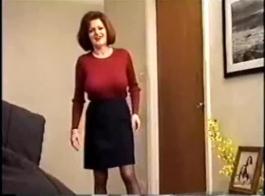تدخين الأم الساخنة مع اللون الأحمر المورق الطبيعي للغاية الموجود في هذا الفيديو الخاص بها في صالة الألعاب الرياضية