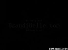 براندي بيل عارية في حوض الاستحمام استمناء