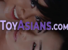 فاتنة الوجه الآسيوية تحافظ على الشعور بالبلل