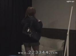 امرأة ترتدي زي مهرج وآلة سخيف