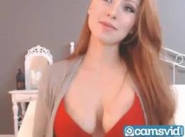أحمر فاتنة يحب اللعب مع بوسها الرطب