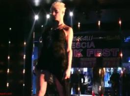 نجمة الأفلام الإباحية الإيطالية كارمينا بيلفري في مشهد شرجي فاضح