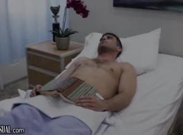 ممرضة مع آلة اختراق العضو التناسلي النسوي الحلو