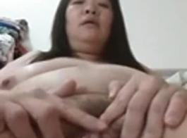 فتاة صينية تظهر كس في وضعيات موحية على كاميرا الويب
