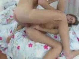 امرأة سمراء في سن المراهقة باستخدام لعبة