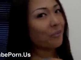 فتاة آسيوية في الحمام