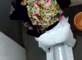 عارضة أزياء عربية ناضجة تخلع ملابسها بالحجاب