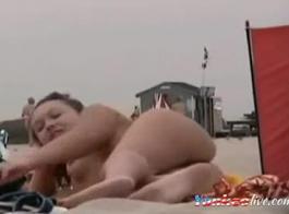 فتاة عارية على متن قارب