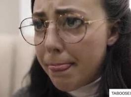 امرأة سمراء في سن المراهقة مع أسلاك التوصيل المصنوعة تربية عاطفي مع بي بي سي