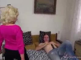 يتم خبطت مسمار الشباب من قبل رجل نبيل كبار السن في الفندق أثناء مشاهدة أخت ديفيز