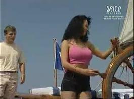 قارب مرتبط في خليج قفص في سن المراهقة
