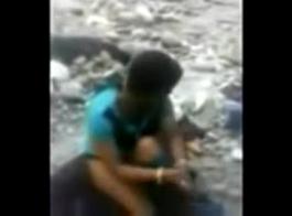 فتاة هندية في الهواء الطلق وأصابع الاتهام