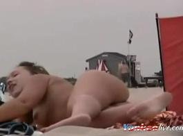 شاطئ عارية وفتاة التقبيل الفرنسي