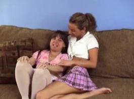امرأة ناضجة مع الثدي الصغيرة، عهد أبريل على وشك أن تجعل الحب مع امرأة أخرى.
