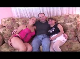 الفتيات الساخنة هو وجود الثلاثي عارضة مع رئيسهم، خلال حزب خاص.
