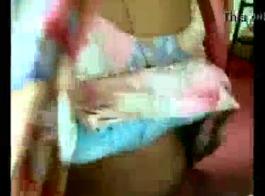 الفتاة الساخنة تعرض جسدها أمام الكاميرا، لأنه يثيرها.