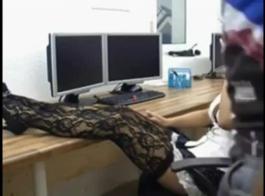 فتاة الهواة الألمانية تمتص كوك ستيبادها، أمام الكاميرا، على الأريكة.