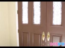 ينتشر في سن المراهقة الوشم الصغيرة ساقي مفتوحة على مصراعيها للاسمير من قبل خطوة أختها في غرفة نومها.