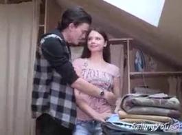 امرأة سمراء الروسية مع الثدي الكبيرة هي مص ديك كجوي، قبل أن يكون داخل كس لها.
