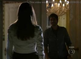 امرأة سمراء جميلة في جوارب سوداء وحزام الرباط هي ركوب ديك حبيبها، على الدرج.