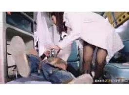 امرأة سمراء جميلة ممرضة حريصة على الشعور حمولة قذرة كبيرة داخل حمار لها الحمار.