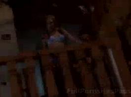 امرأة سمراء ضئيلة مع الثدي الصغيرة تنتشر ساقيها مفتوحة على مصراعيها للرجال الأصغر سنا، في غرفة المعيشة لها.