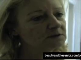 امرأة سمراء ذات شعر مجعد مع الألغازية يحب ممارسة الجنس الشرجي لطيف مع شريكها.