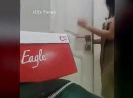 الفتاة الآسيوية في جوارب صيد السمك، دارلي ينتشر ساقيها مفتوحة واسعة واستمناء مثل مجنون.