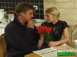 ينتشر شقراء في سن المراهقة نحيل ساقيها والحصول على مارس الجنس في الحمار، على الأريكة.